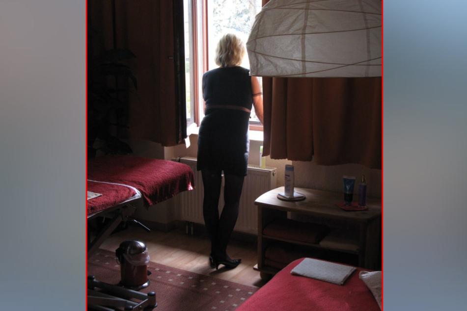 Die Angst ist immer dabei: Die Chemnitzer Prostituierte Reni schaut  vorsichtig nach dem nächsten Freier.