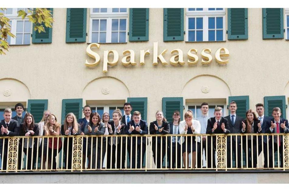 Cindy (dritte von rechts) letzten Freitag mit anderen Azubis auf dem Balkon der Sparkassen-Zentrale am Güntzplatz.
