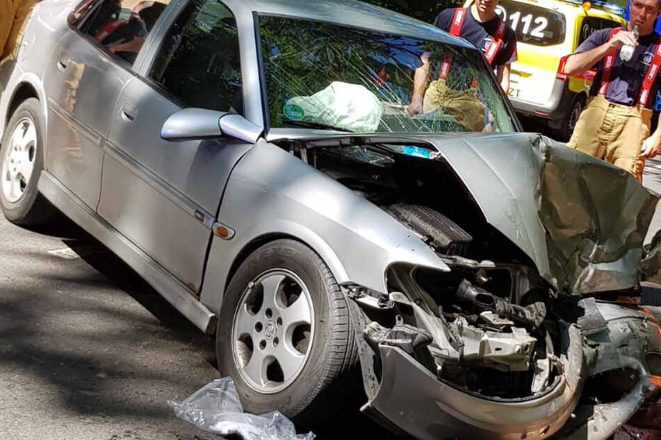 Schwerer Frontal-Crash fordert mehrere Verletzte
