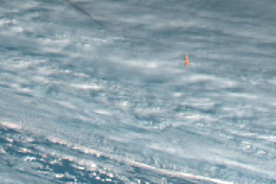 """Zoomt man in die Aufnahmen des japanischen Satelliten """"Himawari"""" erkennt man den orangenen Feuerball."""