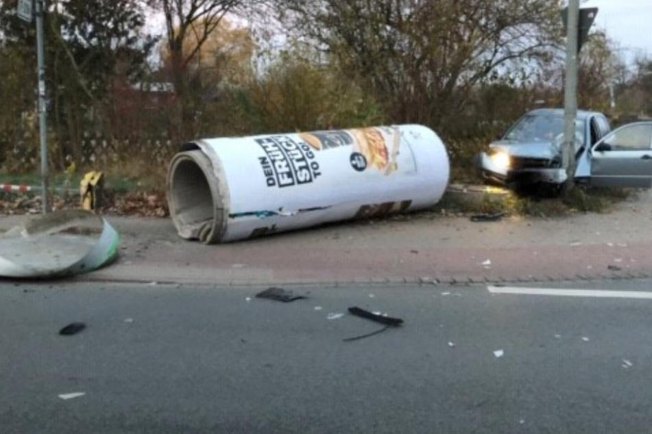Der Fahrer erwischte nicht nur die Ampel, sondern brachte auch die Litfaßsäule zu Fall.