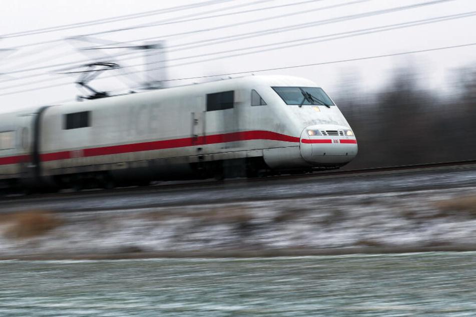 Der ICE war auf der Fahrt von Berlin nach Saarbrücken und wurde bei Ladenburg (Rhein-Neckar-Kreis) beschossen.