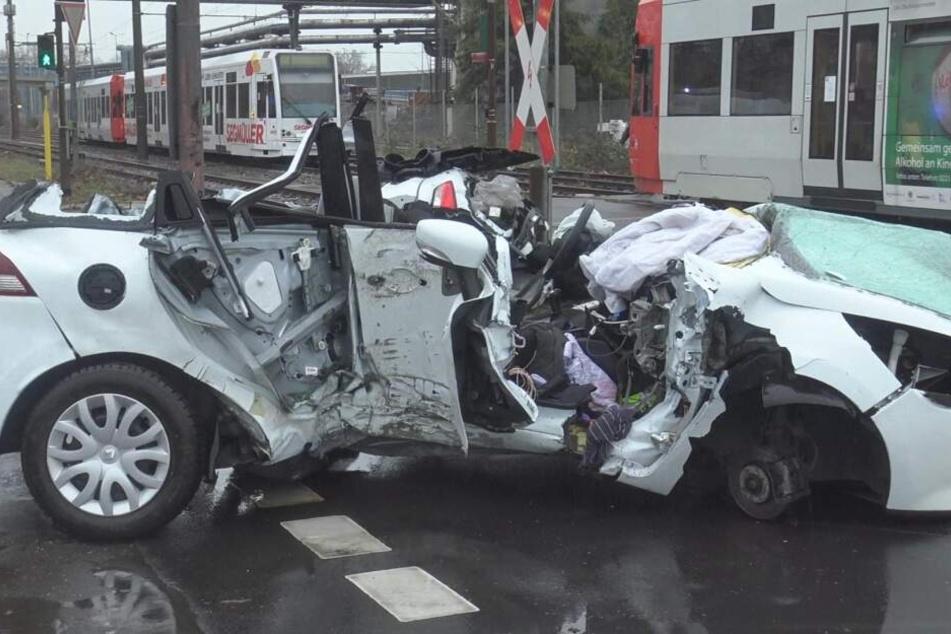 Autofahrer (28) nach Unfall zwischen Stadtbahn und Laterne eingeklemmt