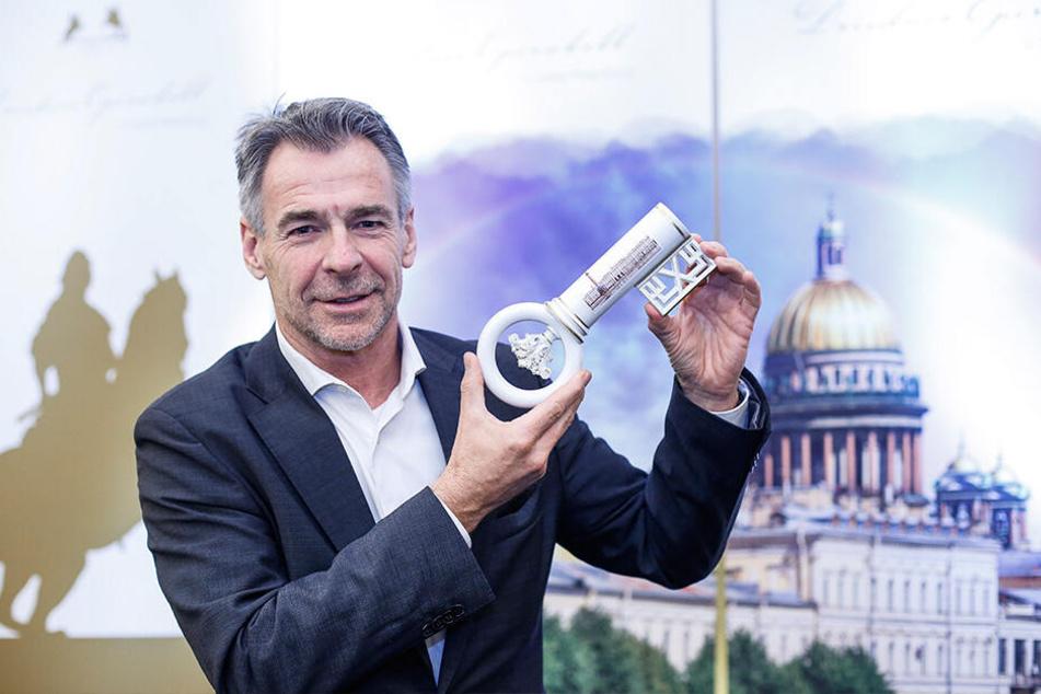 """Meissen-Manufakturchef Tillmann Blaschke (56) präsentiert den großen """"Willkommmens-Trinkschlüssel"""". Dessen kleine Ausgabe war auf dem Ball ein Verkaufsschlager."""