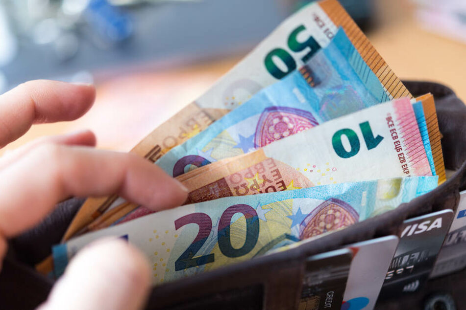 Eine Geldbörse mit zahlreichen Banknoten (Symbolbild).