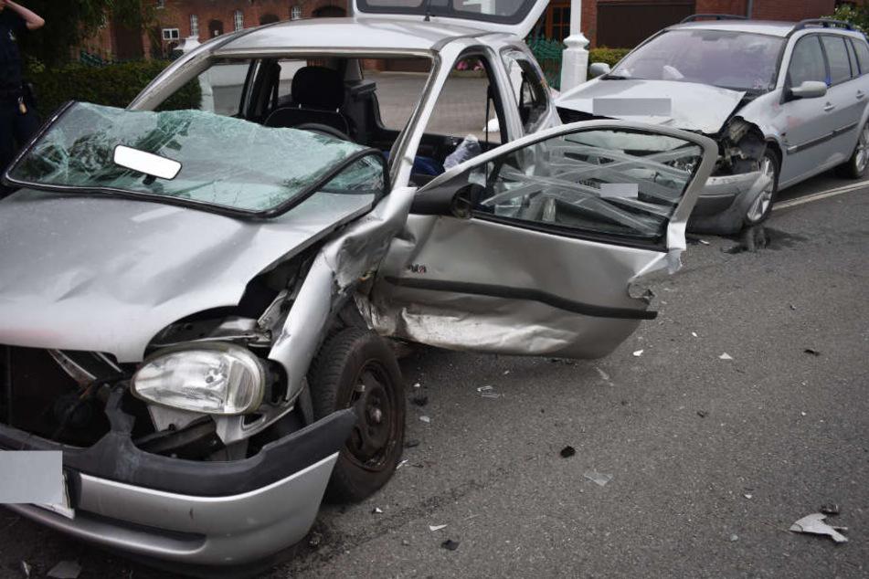 Mit einem Totalschaden mussten beide Wagen abgeschleppt werden.
