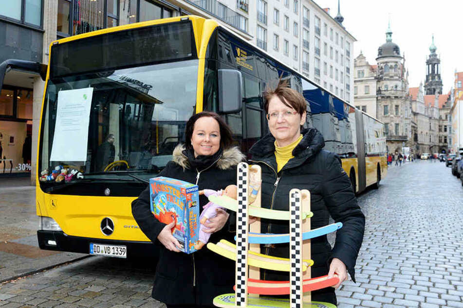 Initiatorin Andrea Curbach (58) mit Helferin Andrea Gille (30) sammelten am Dienstag gespendete Geschenke.
