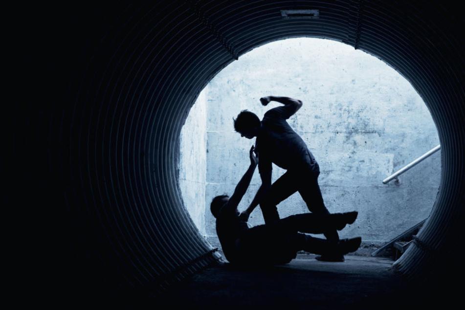Der Täter schlug sein Opfer so schwer, dass dieses nun blind ist (Symbolbild).