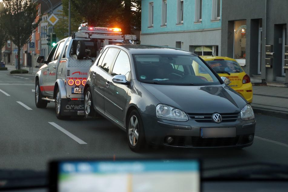 Ein VW Golf wird abgeschleppt. In dem Fahrzeug saßen nach Zeugenaussage zwei Männer, die von einem MEK der Polizei festgenommen wurden.