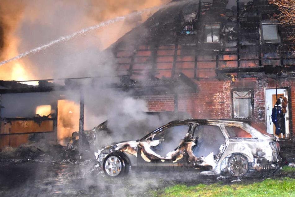 Feuerteufel? Häuser stehen nachts plötzlich in Flammen!