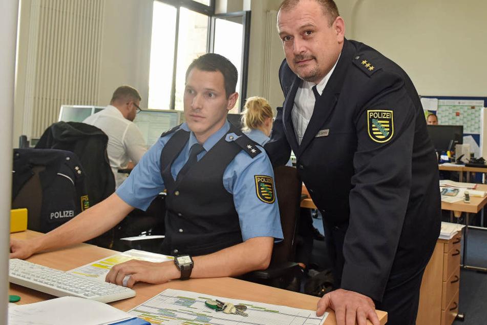Polizeidirektor René Demmler (44, r.) leitet die Sicherheitszentrale an der Schießgasse.