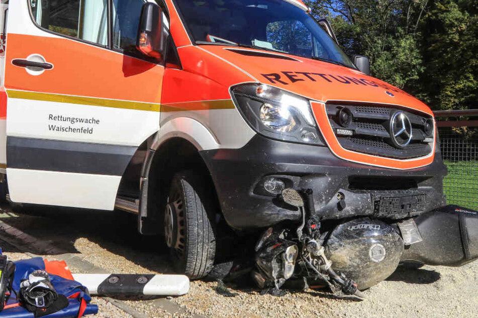 Motorradfahrerin rutscht frontal unter Rettungswagen und wird schwer verletzt
