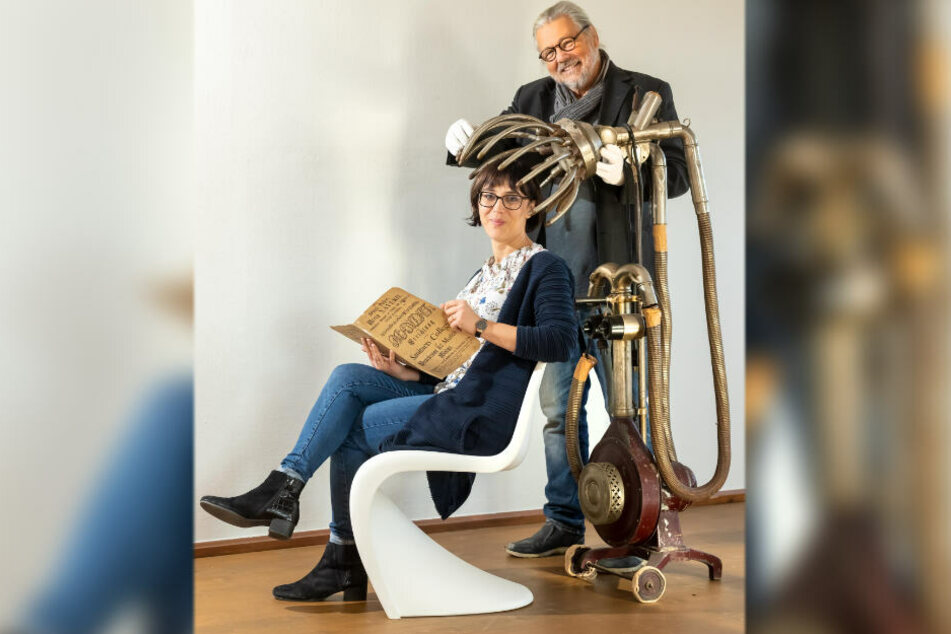 Kurator Gunter Springsguth (70) und Projektleiterin Annekathrin Lehmann (36) mit einer historischen Trockenhaube.