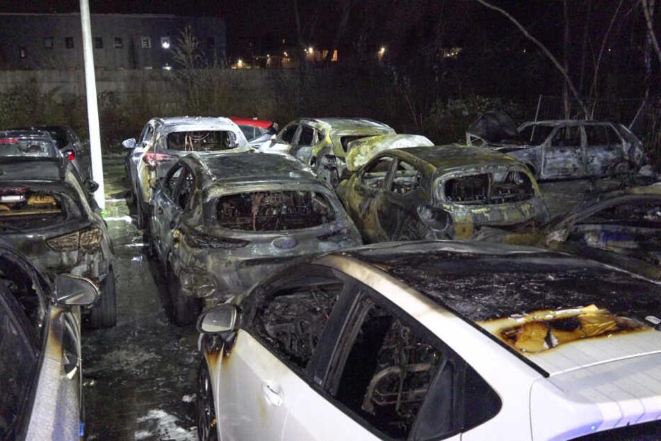 Autohaus-Fahrzeuge abgefackelt: 400.000 Euro Schaden
