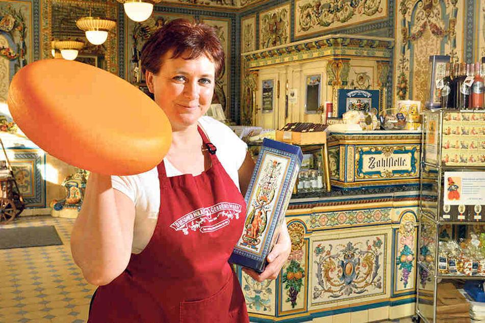 Ladenchefin Ina Stephan hofft, dass nicht nur Touristen, sondern auch  Dresdner zum Stollenanschnitt in Pfunds Molkerei kommen.