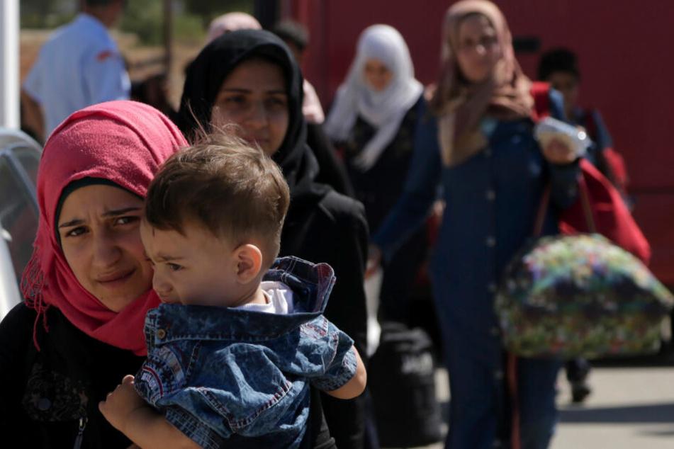 Sicherheitsbehörden greifen Boot mit 120 Migranten auf