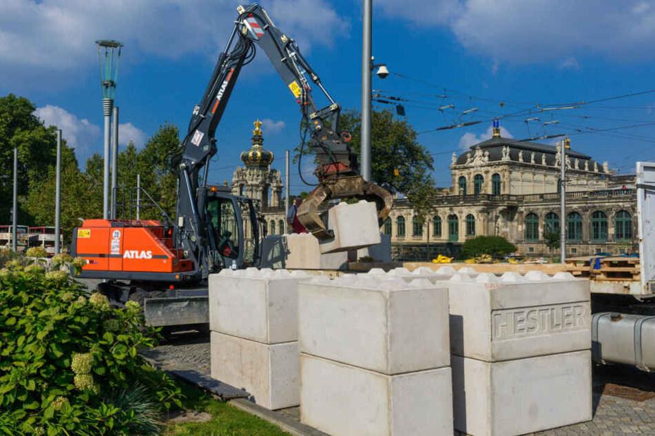 """Insgesamt 1400 solcher Betonsteine - wie hier am Postplatz - riegeln das Festgebiet ab. Die Polizei nennt sie """"Nizza""""-Sperren."""