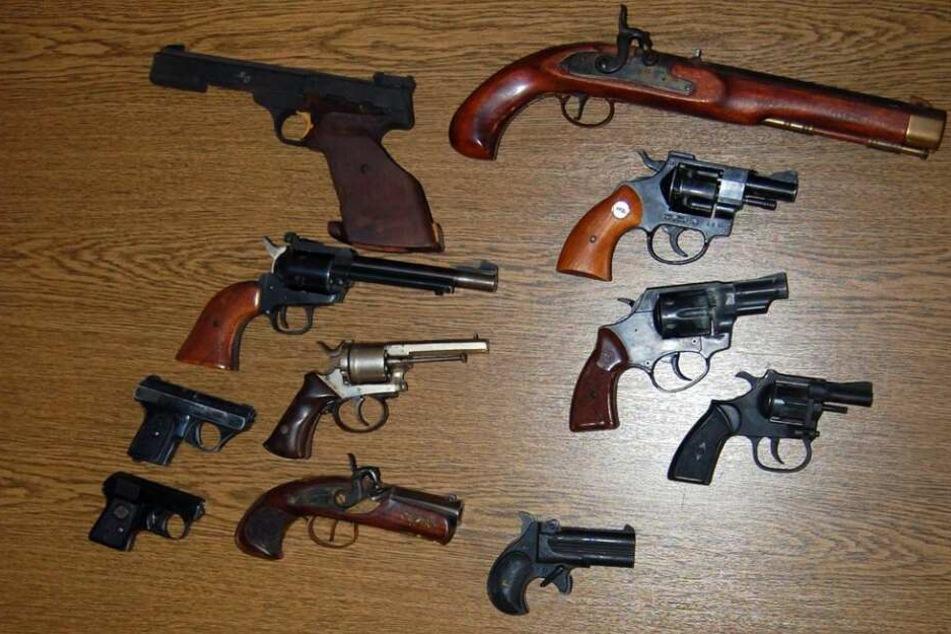 Ein Teil der 30 Schusswaffen, die die Polizei in Wuppertal beschlagnahmte.
