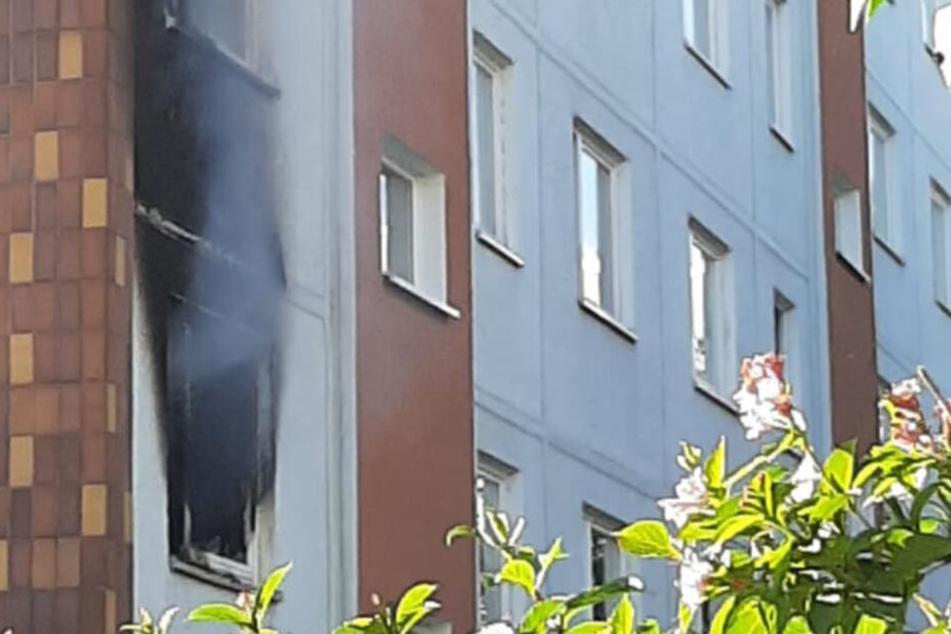 Schwarzer Ruß klebt von Außen an der Fassade des Hauses.