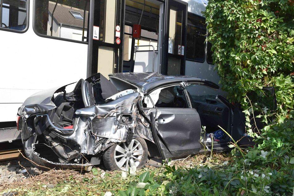 Die Straßenbahn hat den VW erfasst. Dabei wurde der Fahrer (83) im Auto eingeklemmt und lebensgefährlich verletzt.
