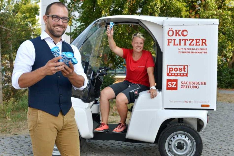 """Eine Tüte Eis für die Mitarbeiter: """"PostModern""""-Marketingchef Alexander Hesse (34) und Zustellerin Angelique Bergmann (41) mit der coolen Überraschung."""