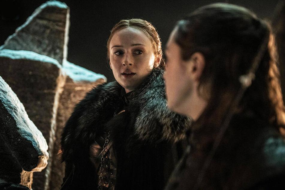 Sansa Stark (l., Sophie Turner) mit ihrer Schwester Arya (Maisie Williams) auf der Mauer von Winterfell.