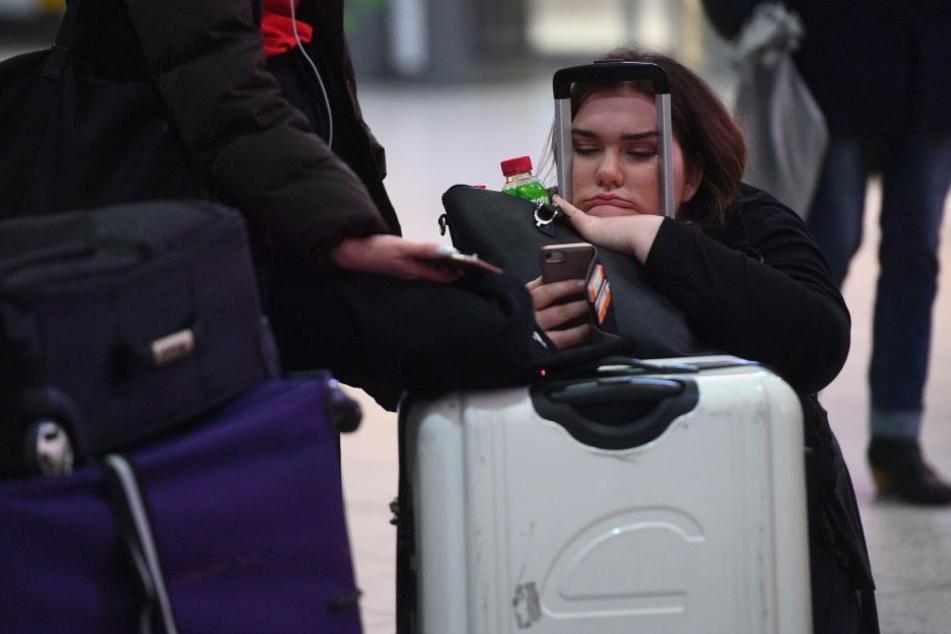 Bei den Reisenden herrscht Frust: Seit Mittwoch geht am siebtgrößten Airport Europas nichts mehr,