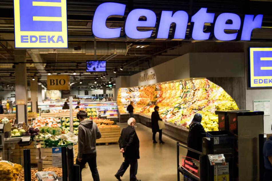 Kunden gehen durch die Edeka-Filiale in der Rindermarkthalle. Die Konsumlust der Bundesbürger hat Deutschlands größtem Lebensmittelhändler Edeka im vergangenen Jahr ein kräftiges Wachstum beschert.