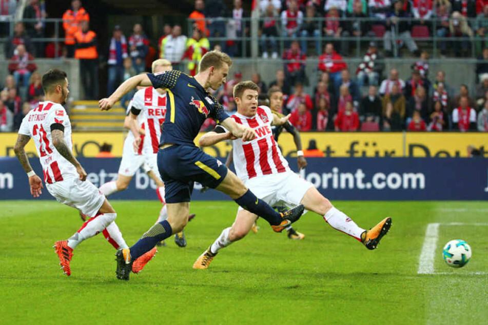 Lukas Klostermann (vorn) erzielte in der 30. Minute das 1:0 für RB Leipzig.