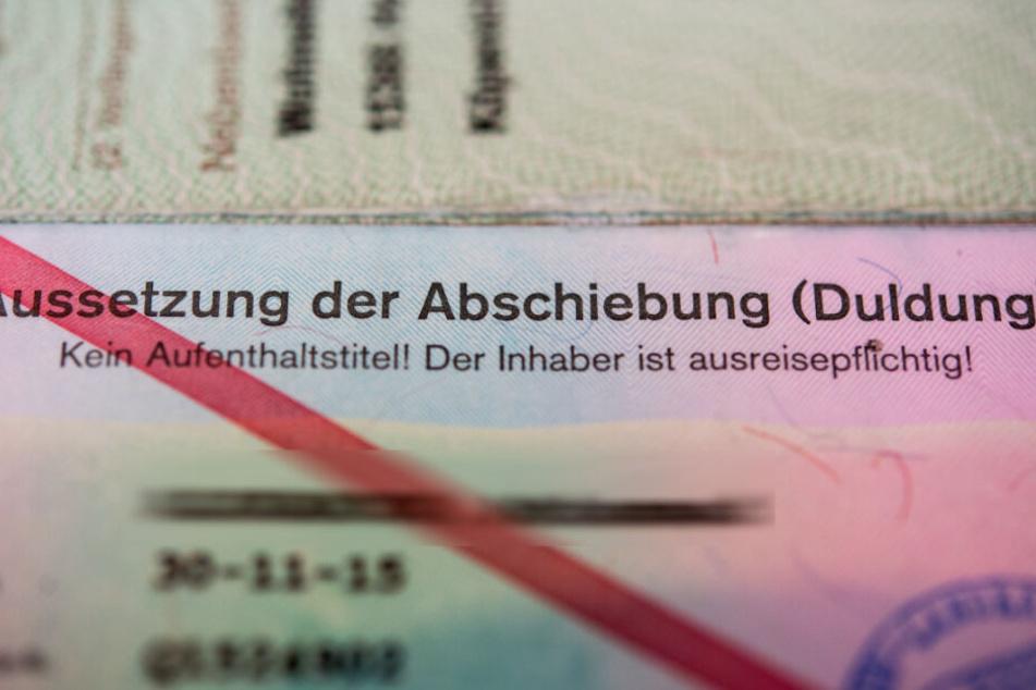 """Ein Ausweis der Bundesrepublik Deutschland eines Asylbewerbers mit dem Vermerk """"Aussetzung der Abschiebung (Duldung) - Kein Aufenthaltstitel! Der Inhaber ist ausreisepflichtig!"""". (Archivbild)"""