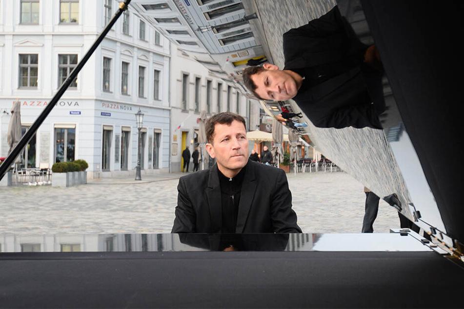 Straßenmusiker Arne Schmitt (47) verklagt die Stadt.