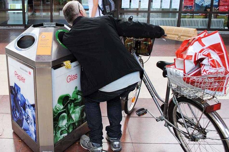 Ein Flaschensammler erwies sich auf dem Rastplatz Herford an der A 2 als Trickdieb. (Symbolbild)
