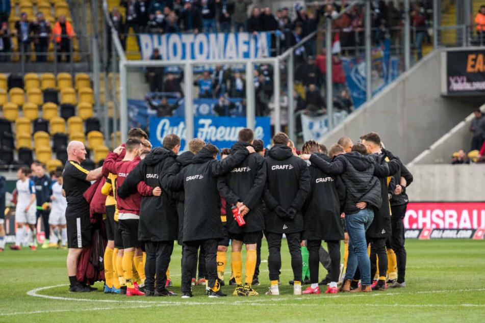 Gleich nach dem Abpfiff gab's im Mannschaftskreis eine kurze Ansprache von Trainer Markus Kauczinski.