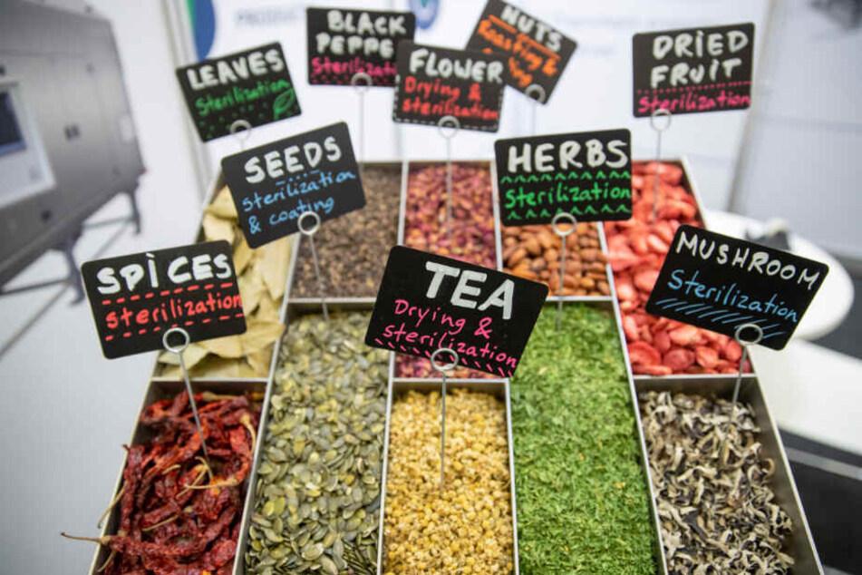 Per Infrarot getrocknete Gewürze, Saatgut, Blumen und Früchte liegen auf der Messe Biofach 2020 aus.