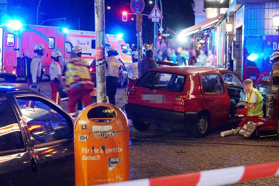 Neben dem Autofahrer, wurden weitere fünf Menschen bei dem Unfall verletzt.