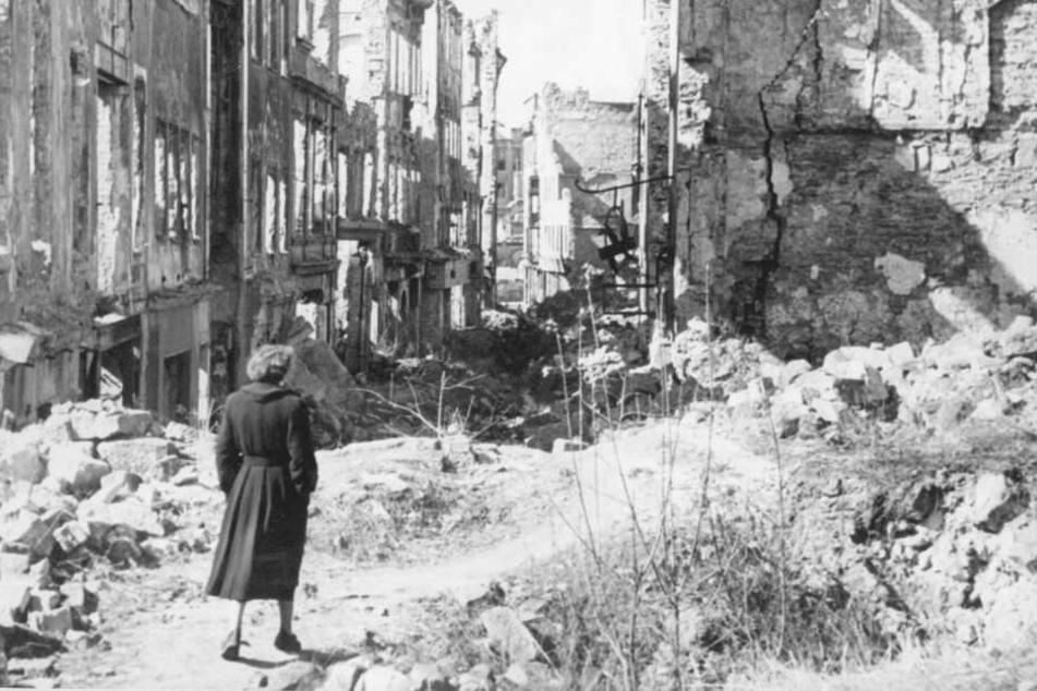 Nach den Angriffswellen war das einst blühende Dresden auf 15 Quadratkilometern eine rauchende Trümmerwüste.