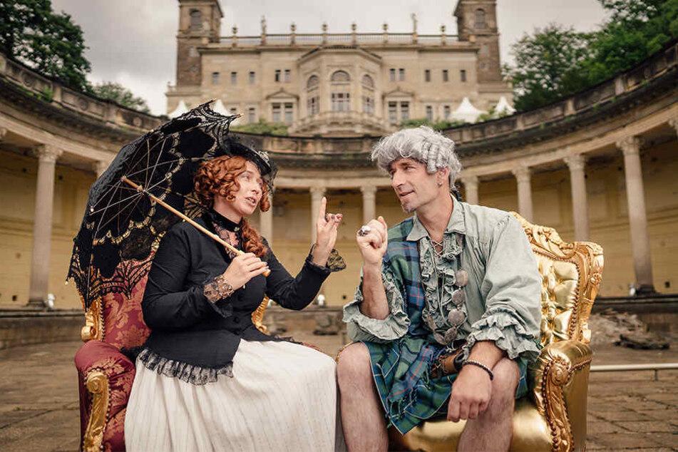 Die Ex-Schlossbewohner Rosalie von Rauch (Katharina Salomo) und der Earl of Findlater (Thomas Zahn) erwarten die Schlössernacht-Besucher im Römischen Bad.