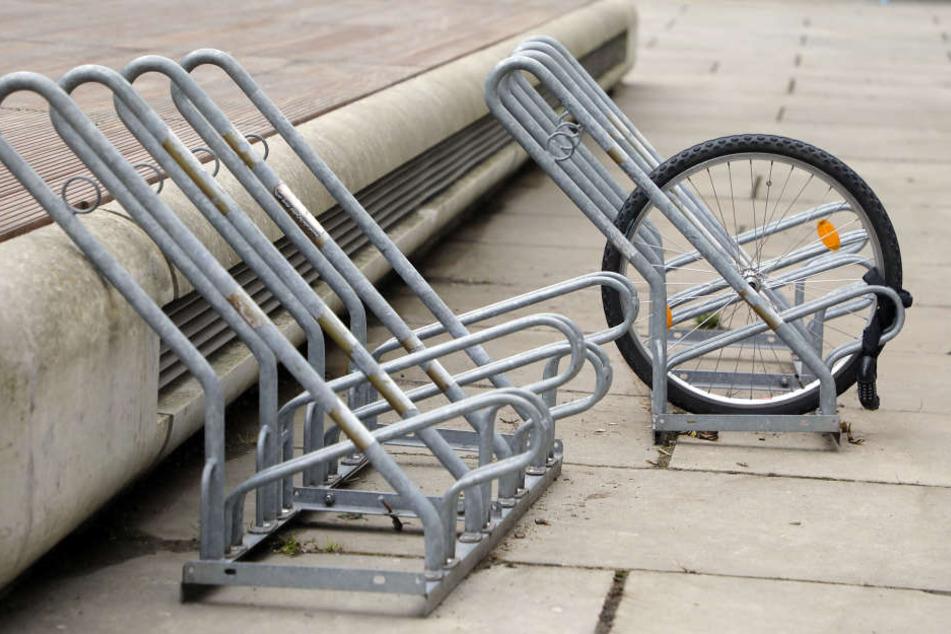 Da half alle Sicherung nichts: Vom Fahrrad ist nur noch ein einzelnes Rad übrig.