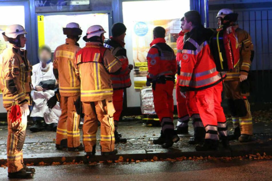 Rettungskräfte kümmern sich um einen Verletzten.
