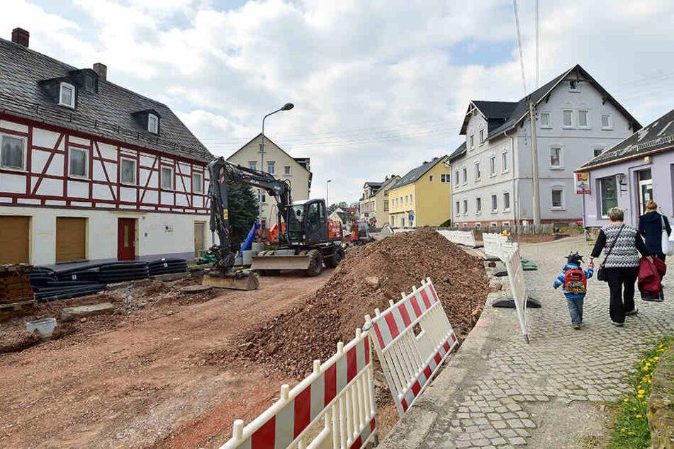 Auf der S239 wird in Neukirchen derzeit fleißig gebuddelt - mit Geld vom  Freistaat.