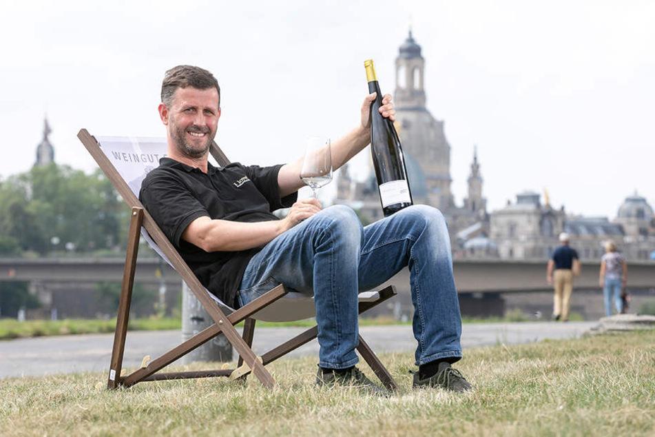 Weinzentrale-Sommelier Jens Pietzonka (47) hat schon mal im Liegestuhl Platz genommen - die Flasche Wein leert er ab morgen mit seinen Gästen.