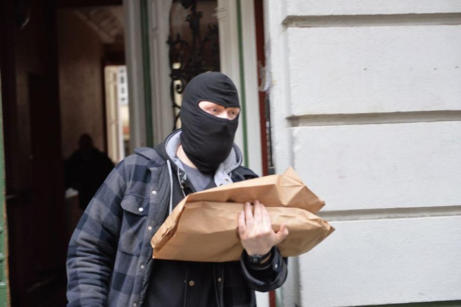 Ein vermummter Polizist während einer Razzia gegen mutmaßliche Reichsbürger in Berlin-Moabit im Januar 2017.