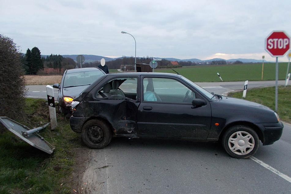 Das Verkehrsschild wurde bei dem Crash mit umgerissen.