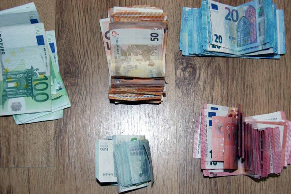 Bei der Durchsuchung entdeckte die Polizei 10.000 Euro Bargeld.