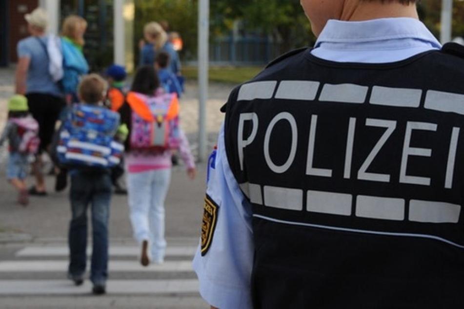 Er würgte den Jungen mit beiden Händen. Der Achtjährige rief danach selbst die Polizei. (Symbolbild)