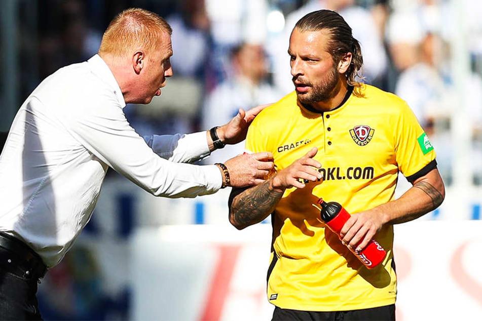 Dynamo Coach Maik Walpurgis (l.) im Gespräch mit Patrick Ebert sagen. Warnt er seinen Schützling möglicherweise vor einer drohenden Gelben Karte?