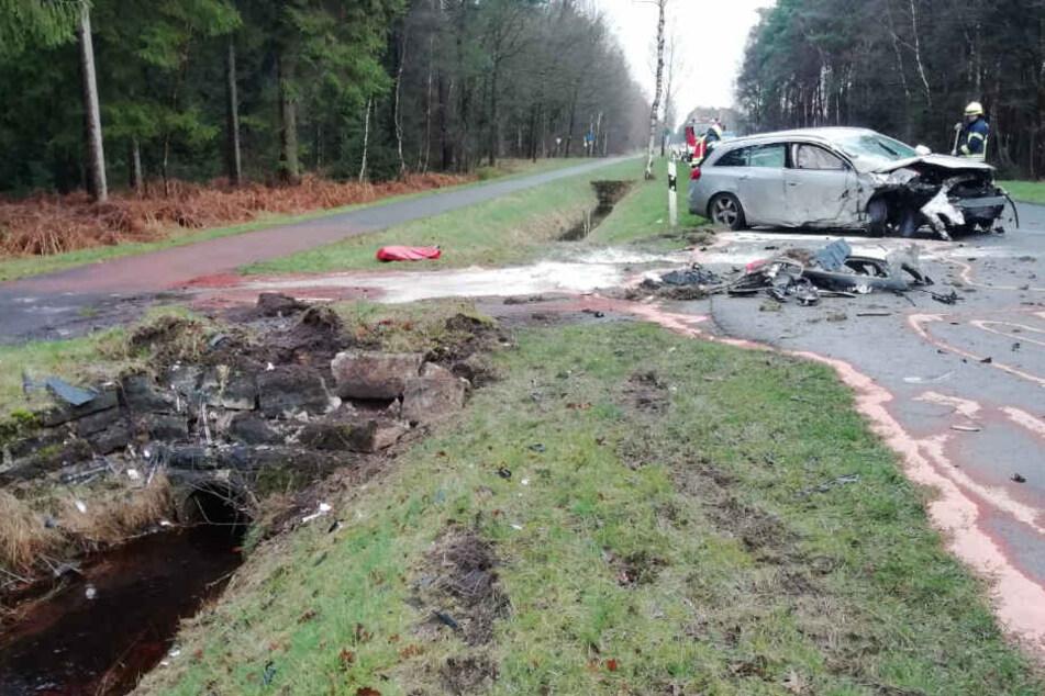 Der stark beschädigte Opel kam krachte gegen die Mauer und schleuderte zurück auf die Straße.