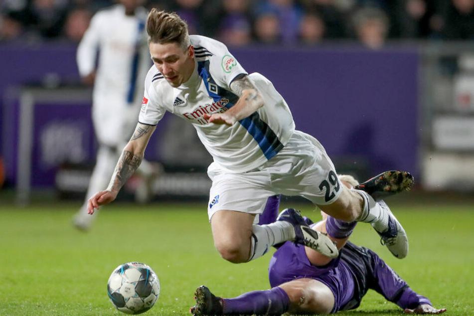 Adrian Fein wird von Osnabrücks Niklas Uwe Schmidt zu Fall gebracht.