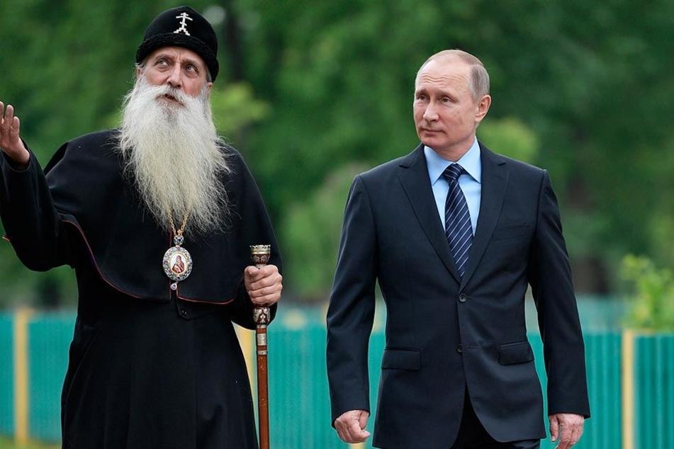 Russlands Präsident Wladimir Putin (64) und Metropolit Kornili (69) besichtigen am 31. Mai 2017 in Moskau das Rogozhsky Spiritual Center.