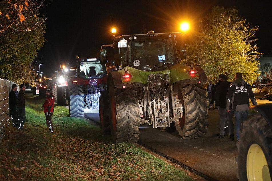 Zahlreiche Traktoren reihten sich vor dem Logistikzentrum auf.